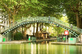 Puente peatonal en el canal saint-martin — Foto de Stock