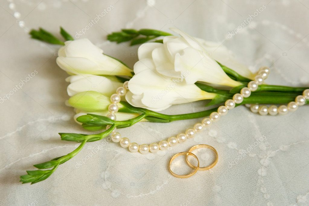 Wedding card. Two golden rings with bridal veil and flowers — Stock Photo #1078374