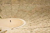 Tourist in ancient theater in Epidaurus — Foto de Stock
