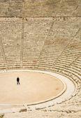 Touristique au théâtre antique à épidaure — Photo