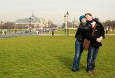 Glückliches liebespaar in paris — Stockfoto