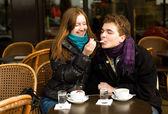 Pareja feliz en un café parisino street — Foto de Stock