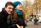 Happy loving couple in Paris, hugging on a stree — Foto Stock