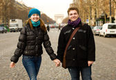 Gelukkig verliefde paar in Parijs op de champs elysees — Stockfoto