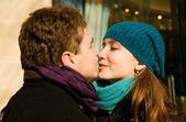 Romantyczna para zakochani całują na zewnątrz — Zdjęcie stockowe