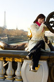Krásná dívka v Paříži sedí na balustrad — Stock fotografie