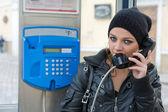 Mladá dívka v telefonní budce — Stock fotografie