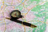 Şehir haritası üzerinde pusula — Stok fotoğraf