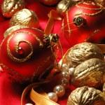 weihnachtskugel rot und golden walnüsse — Stockfoto