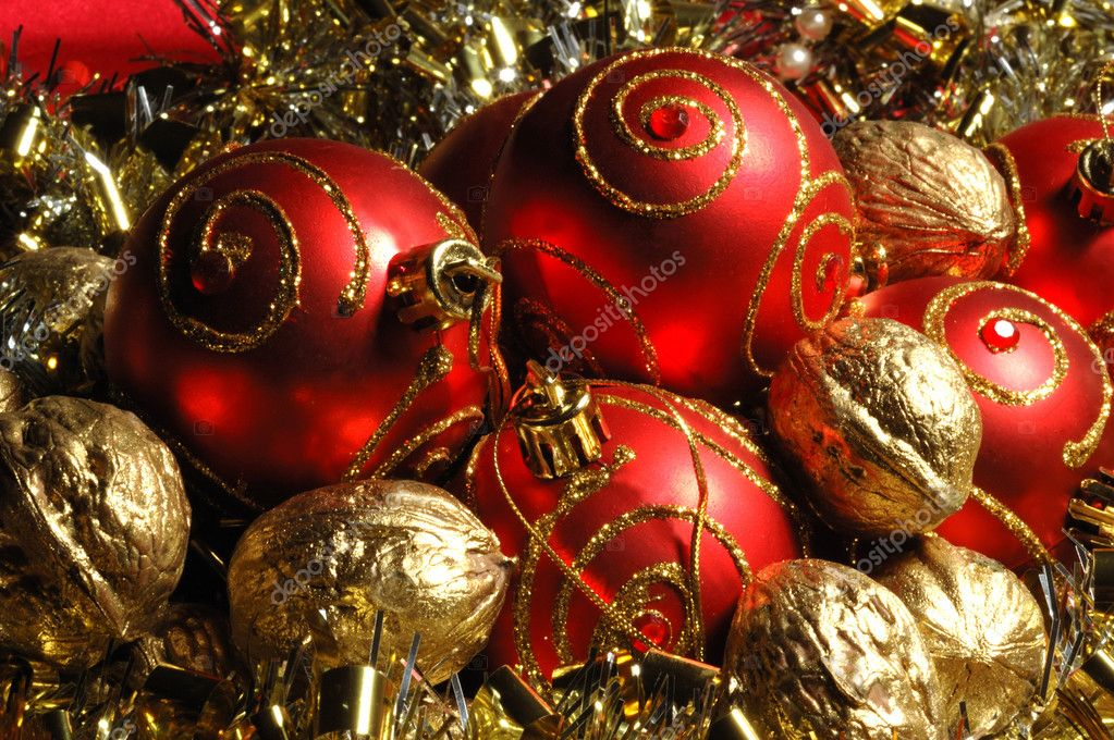 Red christmas balls and golden walnuts — Stockfoto #1075153