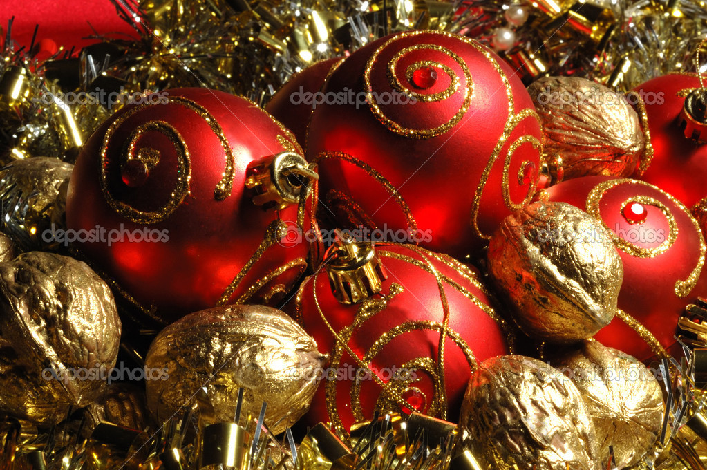 Red christmas balls and golden walnuts — Stok fotoğraf #1075153