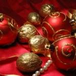 bolas de Navidad rojo y oro nueces — Foto de Stock