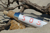 Message in a bottle mit sos-signal — Stockfoto