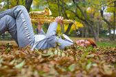 Das mädchen mit einem saxophon — Stockfoto