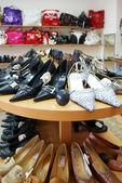 Närbild på skor på bord — Stockfoto