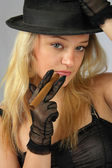 Blondynka w kapeluszu z cygarem — Zdjęcie stockowe