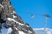 Gondola ski lift in high mountains — Stock Photo