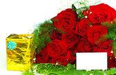 Roses avec un cadeau — Photo