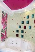 Grande vasca rotonda e doccia nel bagno — Foto Stock