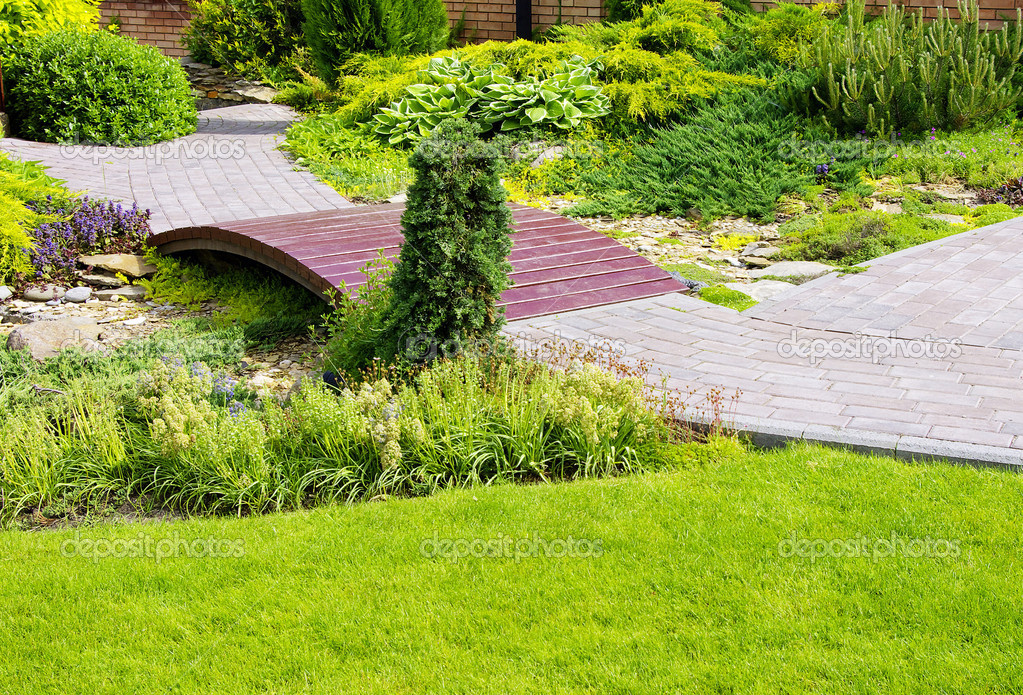 Garden stone path with grass growing up between the stones — Stock Photo #1081419