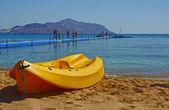 Kayak on the shore — Stock Photo