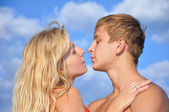 Young man and girl seacoast — Stock Photo