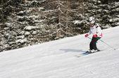 Bir kadın bir Kayak Merkezi Kayak — Stok fotoğraf