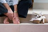 Kadın kendini ayak masaj vermek — Stok fotoğraf