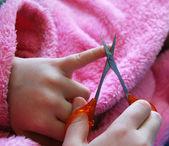 Kind schneidet Nägel — Stockfoto