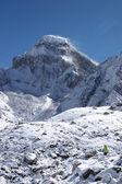 Mountaineer going toward snow mountain, — Stock Photo