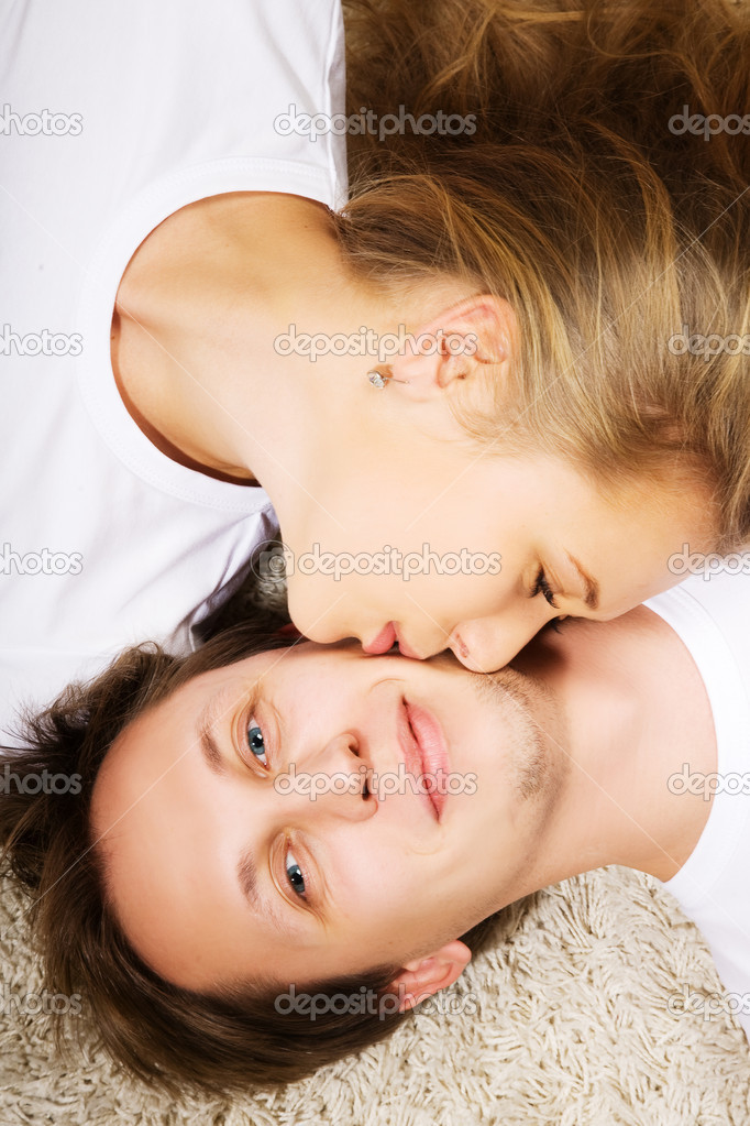 Happy young man and woman kissing in love — Stock Photo #1109295