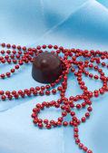 Choklad och röda pärlor — Stockfoto