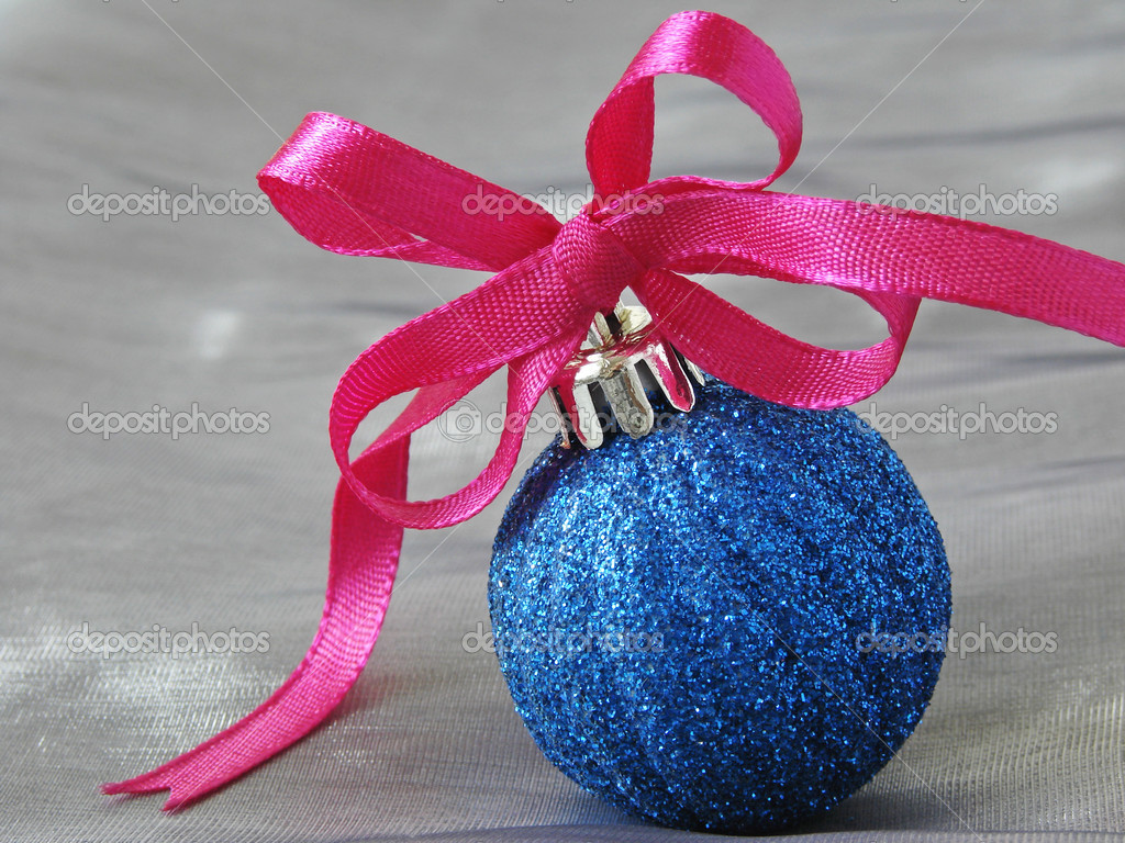 Christmas bauble with bow on grey                              Lizenzfreies Foto #1096644