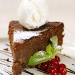 chocolate cake met ijs — Stockfoto