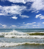 Sea waves, blue sky — Stock Photo