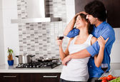 Genç çiftin kendi mutfağında sarılmak — Stok fotoğraf