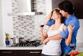 Jovem casal abraço em sua cozinha — Foto Stock