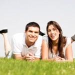 couple heureux s'allonger sur l'herbe — Photo
