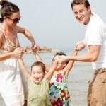 若いカップルの子供たちと遊ぶこと — ストック写真