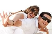 Ungt par åker snålskjuts — Stockfoto