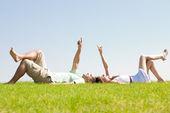Pár lehněte si na trávě — Stock fotografie