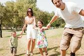 Família com duas crianças a brincar — Foto Stock