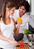 Couple in the kitchen with juice — Stock fotografie