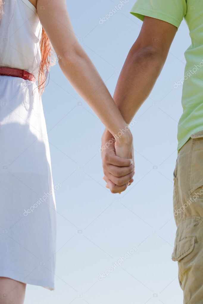 Closeup image of a young couple holding hands — Stock Photo #1145028