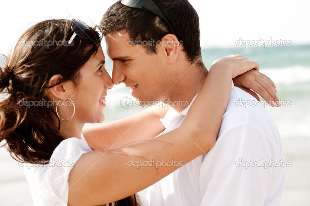 Happy young couple romancing each other at the beach,outdoor — Foto Stock #1148612