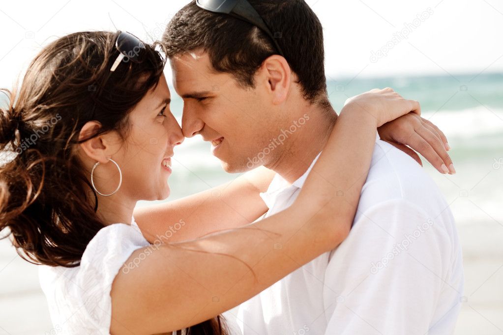 Happy young couple romancing each other at the beach,outdoor — Stockfoto #1148612