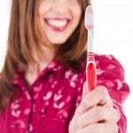 genç kadın diş fırçası gösterilen — Stok fotoğraf
