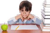 Niño estudiando dar extraña mirada — Foto de Stock