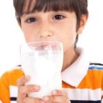 criança feliz bebendo do copo de leite — Foto Stock