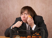 The young man eats tangerines — Stock Photo